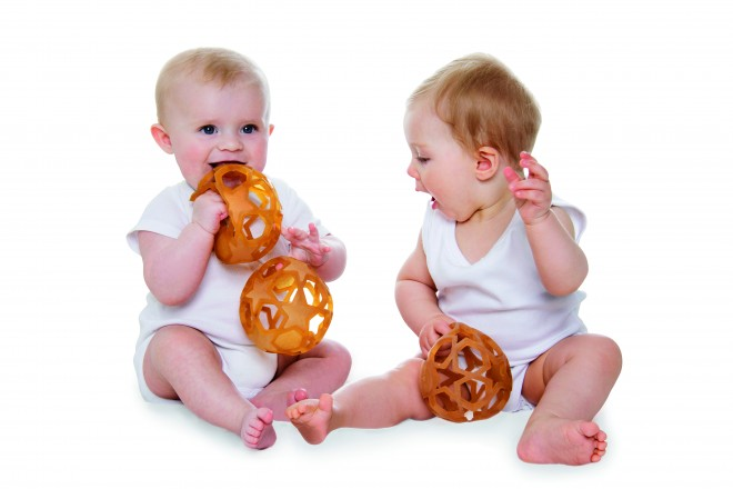 bebes jugando con starball hevea