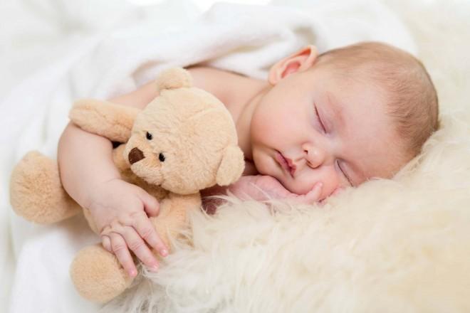 bebe durmiendo con osito de peluche