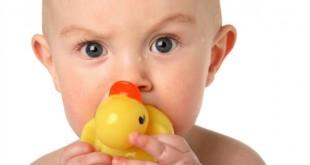 bebé con patito de goma