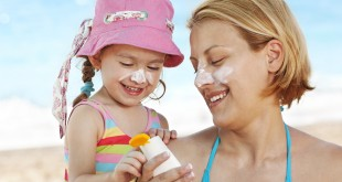 mom-and-daughter-using-sunscreen